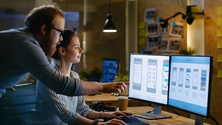 Designers qui étudient l'expérience utilisateur d'un site web.